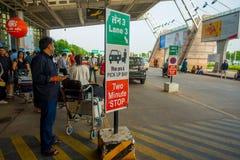 DELHI, INDE - 19 SEPTEMBRE 2017 : Personnes non identifiées marchant à l'extérieur de l'aéroport international de Delhi, avec Image libre de droits