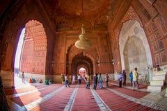Delhi, Inde - 27 septembre 2017 : Personnes non identifiées marchant à l'intérieur de du temple de Jama Masjid Mosque à Delhi Photographie stock libre de droits