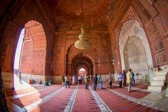 Delhi, Inde - 27 septembre 2017 : Personnes non identifiées marchant à l'intérieur de du temple de Jama Masjid Mosque à Delhi Images libres de droits