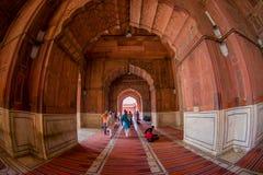 Delhi, Inde - 27 septembre 2017 : Personnes non identifiées marchant à l'intérieur de du temple de Jama Masjid Mosque à Delhi Photo stock