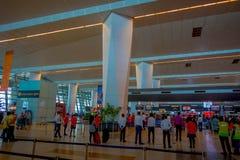 DELHI, INDE - 19 SEPTEMBRE 2017 : Personnes non identifiées marchant dans l'aéroport international de Delhi, Indira Gandhi Photographie stock libre de droits