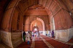 Delhi, Inde - 27 septembre 2017 : Personnes non identifiées marchant dans le hall à l'intérieur de du temple de Jama Masjid Mosqu Image stock