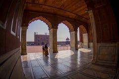 Delhi, Inde - 27 septembre 2017 : Personnes non identifiées marchant dans le hall à l'intérieur de du temple de Jama Masjid Mosqu Photos libres de droits