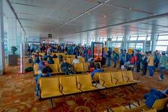 DELHI, INDE - 19 SEPTEMBRE 2017 : Personnes non identifiées s'asseyant dans une chaise à l'intérieur de l'aéroport de Delhi atten Images stock