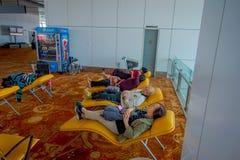 DELHI, INDE - 19 SEPTEMBRE 2017 : Personnes non identifiées s'asseyant dans une chaise à l'intérieur de l'aéroport de Delhi atten Photo stock