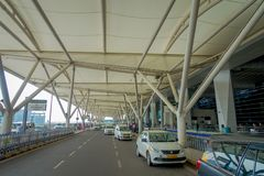 DELHI, INDE - 19 SEPTEMBRE 2017 : Quelques voitures ont garé à l'extérieur de l'aéroport international de Delhi, Indira Gandhi Image libre de droits