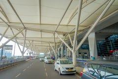 DELHI, INDE - 19 SEPTEMBRE 2017 : Quelques voitures ont garé à l'extérieur de l'aéroport international de Delhi, Indira Gandhi Photographie stock libre de droits