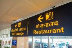 DELHI, INDE - 19 SEPTEMBRE 2017 : Signe instructif avec les lettres jaunes à l'arrière-plan noir dans la sortie du Photo stock