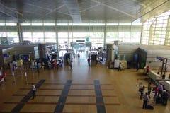DELHI, INDE - 19 SEPTEMBRE 2017 : Vue d'Arerial des personnes non identifiées marchant dans l'aéroport international de Delhi Image stock