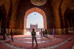 Delhi, Inde - 27 septembre 2017 : Vue d'un temple par une porte énorme et un peuple non identifié marchant à l'intérieur de du Photo libre de droits