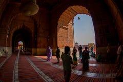 Delhi, Inde - 27 septembre 2017 : Vue d'un temple par une porte énorme et un peuple non identifié marchant à l'intérieur de du Photo stock