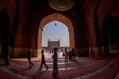 Delhi, Inde - 27 septembre 2017 : Vue d'un temple par une porte énorme et un peuple non identifié marchant à l'intérieur de du Images libres de droits