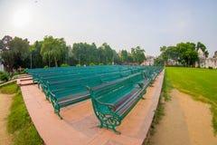 DELHI, INDE - 25 SEPTEMBRE 2017 : Vue du parc du complexe rouge de fort, avec une certaine chaise verte publique dans une rangée Photographie stock