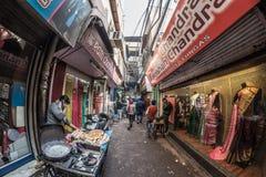Delhi, India - 27 gennaio 2017: vita di città crowdy ordinaria a Chandni Chowk, vecchia Delhi, destinazione famosa di viaggio in  fotografia stock libera da diritti