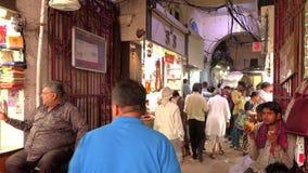 Delhi, India, IL 29 MARZO 2019 - i venditori di A hanno visualizzato le spezie indiane tradizionali nel mercato della via, della  video d archivio