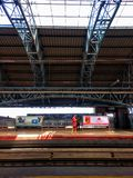 Delhi, India - 29 marzo 2019: La gente aspetta il treno della metropolitana nella stazione kashmiri del portone delhi fotografie stock