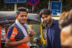 Delhi, India - 19 marzo 2019: Tempo automatico indiano del carraio del risciò tre, uomo del tassista fotografia stock libera da diritti