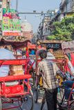 DELHI, INDIA - OKTOBER 22, 2016: Straatverkeer in het centrum van Delhi, Indi stock afbeeldingen