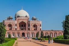 DELHI, INDIA - 24 OTTOBRE 2016: Tomba di Humayun di visita dei turisti a Delhi, Indi immagini stock