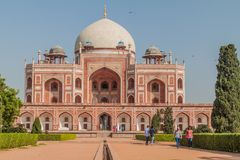 DELHI, INDIA - 24 OTTOBRE 2016: Tomba di Humayun di visita dei turisti a Delhi, Indi fotografie stock