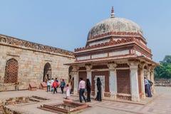 DELHI, INDIA - 23 OTTOBRE 2016: Tomba di visita dei turisti dell'imam Zamin nel complesso di Qutub a Delhi, Indi immagini stock libere da diritti