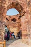 DELHI, INDIA - 23 OTTOBRE 2016: Tomba di visita dei turisti di Iltutmish nel complesso di Qutub a Delhi, Indi fotografie stock libere da diritti