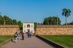 DELHI, INDIA - 24 OTTOBRE 2016: Turisti all'entrata alla tomba di Humayun a Delhi, Indi fotografia stock