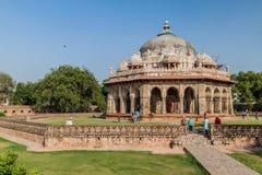 DELHI, INDIA - 24 OTTOBRE 2016: Visita Isa Khan Niyazi Tomb dei turisti nel complesso della tomba di Humayun a Delhi, Indi fotografie stock