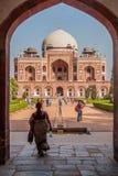 DELHI, INDIA - 24 OTTOBRE 2016: Vista della tomba di Humayun tramite un portone Delhi, Indi fotografie stock