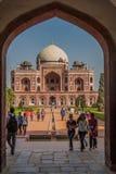 DELHI, INDIA - 24 OTTOBRE 2016: Vista della tomba di Humayun tramite un portone Delhi, Indi fotografie stock libere da diritti