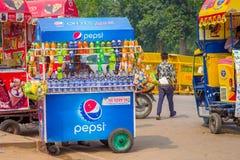 Delhi, India - September 16, 2017: De kleurrijke die karren verkopen dranken en roomijs in de straten in Delhi, India worden gegr Stock Afbeelding