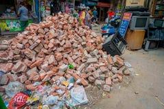 Delhi, India - September 25, 2017: De niet geïdentificeerde mensen die in de straten lopen dichtbij aan een voedsel slaan met een Royalty-vrije Stock Afbeelding