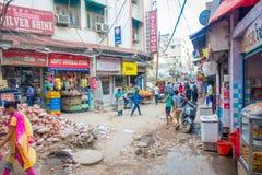 Delhi, India - September 25, 2017: De niet geïdentificeerde mensen die in de straten lopen dichtbij aan een voedsel slaan in Paha Royalty-vrije Stock Afbeeldingen