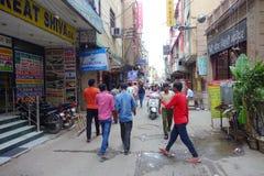 Delhi, India - September 25, 2017: De niet geïdentificeerde mensen die in de straten lopen dichtbij aan een voedsel slaan in Paha Stock Afbeelding