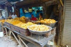 Delhi, India - September 25, 2017: De openluchtmening van kleine kleinhandelswinkel met fryed voedsel binnen van kommen in Paharg Royalty-vrije Stock Foto