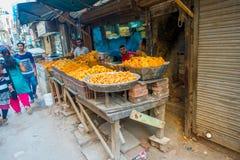 Delhi, India - September 25, 2017: De openluchtmening van kleine kleinhandelswinkel met fryed voedsel binnen van kommen in Paharg Stock Afbeeldingen
