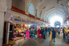 DELHI, INDIA - SEPTEMBER 25 2017: Menigte van mensen die en binnen de Bazaar in het Rode Fort in Delhi, India lopen kopen Stock Foto's