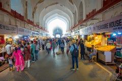 DELHI, INDIA - SEPTEMBER 25 2017: Menigte van mensen die en binnen de Bazaar in het Rode Fort in Delhi, India lopen kopen Royalty-vrije Stock Afbeeldingen