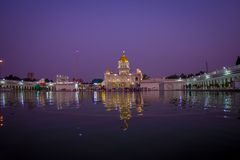DELHI, INDIA - SEPTEMBER 19, 2017: Mooie mening van de Beroemde Sikh gurdwara Gouden Tempel Harmandir binnen weerspiegelde Sahib Royalty-vrije Stock Afbeeldingen
