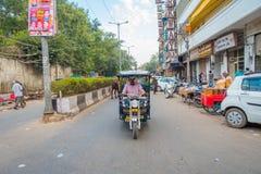 DELHI, INDIA - SEPTEMBER 25 2017: Niet geïdentificeerde mensen binnen van blauwe Riksja's en auto-riksja's in de weg binnen Royalty-vrije Stock Fotografie