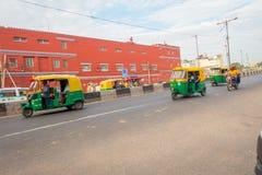 DELHI, INDIA - SEPTEMBER 25 2017: Niet geïdentificeerde mensen binnen van groene motrocycles in de weg in Paharganj, Delhi Royalty-vrije Stock Foto's