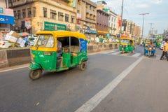 DELHI, INDIA - SEPTEMBER 25 2017: Niet geïdentificeerde mensen binnen van groene motrocycles in de weg in Paharganj, Delhi Royalty-vrije Stock Fotografie