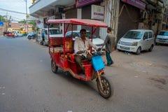 DELHI, INDIA - SEPTEMBER 25 2017: Niet geïdentificeerde mensen binnen van rode motrocycles in de weg in Paharganj, Delhi Stock Afbeelding
