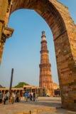 DELHI, INDIA - SEPTEMBER 25 2017: Niet geïdentificeerde mensen die beelden van mooie Qutub Minar, door van gestenigd nemen Royalty-vrije Stock Foto's