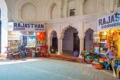 DELHI, INDIA - SEPTEMBER 25 2017: Niet geïdentificeerde mensen die en binnen de Bazaar in het Rode Fort in Delhi zitten verkopen Royalty-vrije Stock Fotografie