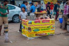 Delhi, India - September 25, 2017: Openluchtmening van klein kar verkopend voedsel in Paharganj Delhi met moslimklanten Stock Fotografie
