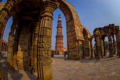 DELHI, INDIA - 25 SETTEMBRE 2017: Dettaglio di Qutub Minar, la torre di pietra indipendente più alta nel mondo e Fotografie Stock