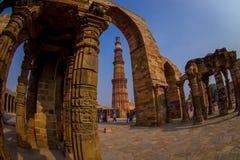 DELHI, INDIA - 25 SETTEMBRE 2017: Dettaglio di Qutub Minar, la torre di pietra indipendente più alta nel mondo e Immagine Stock Libera da Diritti