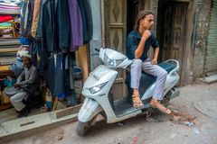 DELHI, INDIA - 25 SETTEMBRE 2017: Uomo non identificato che si siede sopra il suo motociclo che aspetta nelle vie in Paharganj fotografie stock