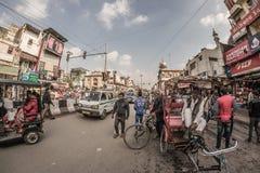 Delhi India, Styczeń, - 27, 2017: zwyczajny crowdy miasta życie przy Chandni Chowk, Stary Delhi, sławny podróży miejsce przeznacz Fotografia Stock
